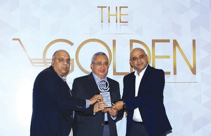Anil Mehta (centre) receives the BW Businessworld Golden Cart award on behalf of Air India
